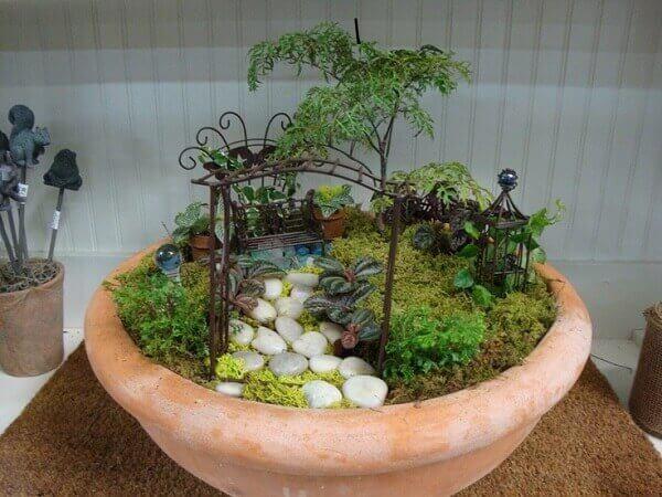 O mini jardim de suculentas em vaso tipo bacia