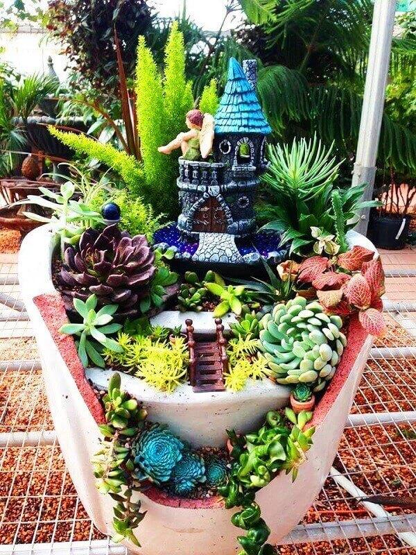 O mini jardim de suculentas foi montado em vaso reaproveitado