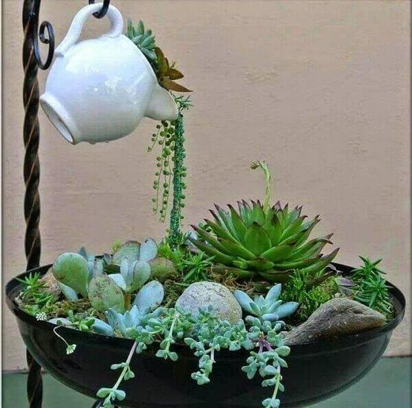 O mini jardim de suculentas permite utilizar diversos elementos decorativos