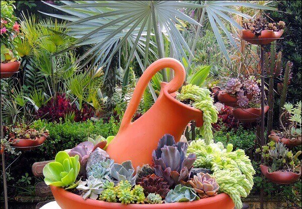 O mini jardim de suculentas utiliza vasos decorativos