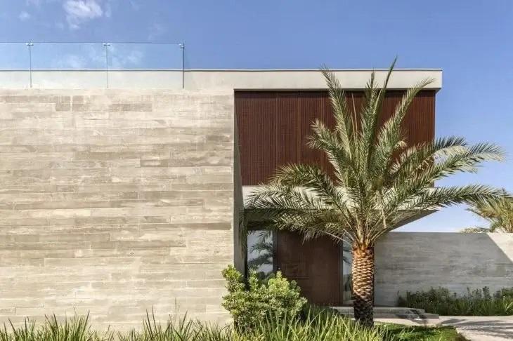 O porcelanato vem ganhando cada vez mais destaque como revestimento de parede externa. Fonte: Bittar Arquitetura
