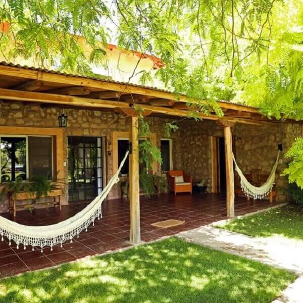 O revestimento de parede externa feita com pedras realça a beleza da casa de campo. Fonte: Pinterest