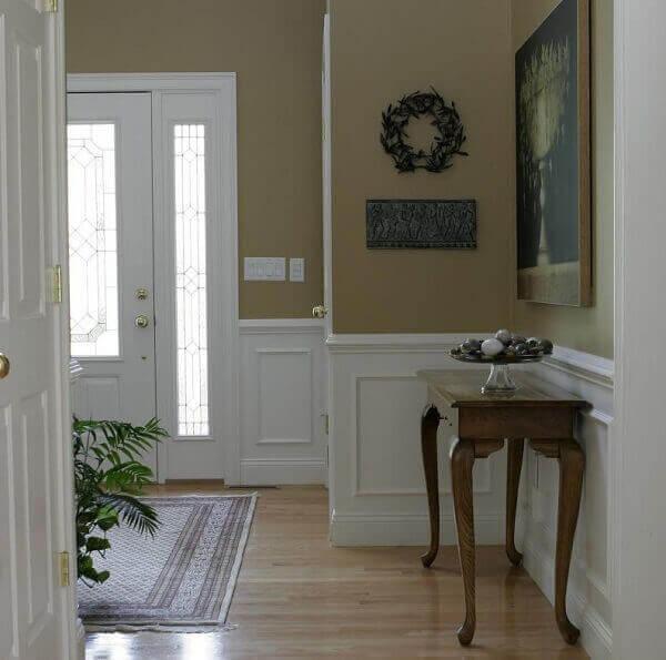 O rodapé alto branco realça cor das paredes