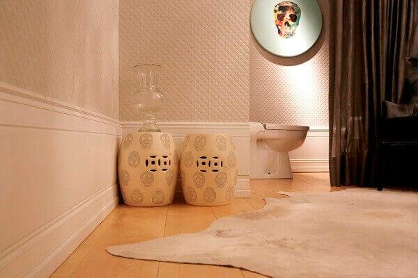 O rodapé alto tem a altura do vaso