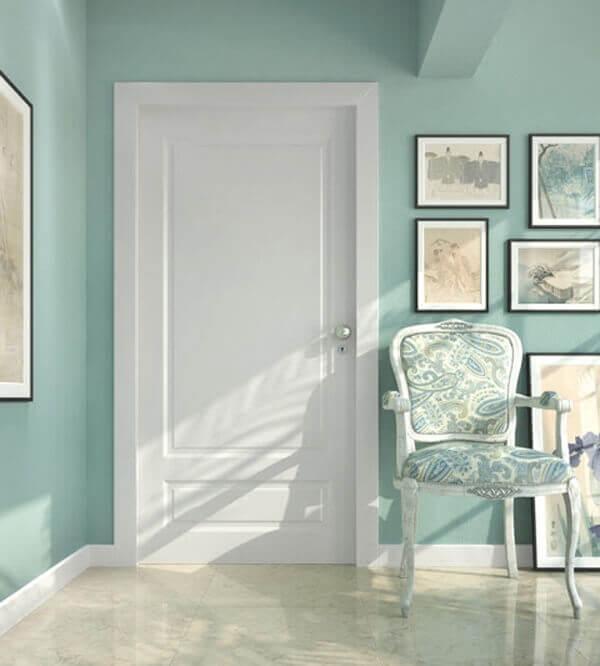 O rodapé branco é igual a guarnição da porta