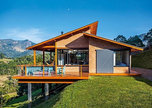 O tijolinho aparente faz parte de todo o revestimento externo da casa de campo. Fonte: Revista Viva Decora