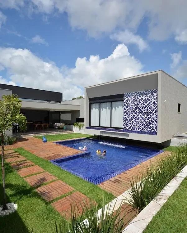Os azulejos cerâmicos se destacam no revestimento de parede externa. Fonte: Giordano Rogoski