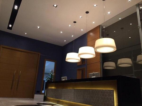 As luminárias de teto trazem charme para a entrada do consultória