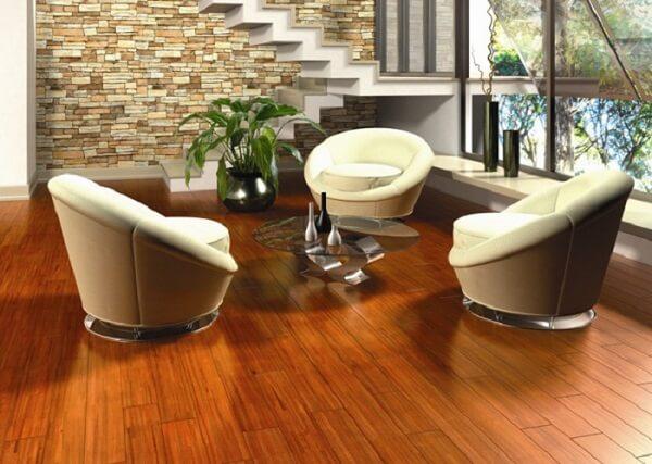 Piso de madeira transmite conforto na sala de estar