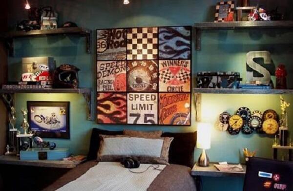 Placas decorativas decoram o quarto de solteiro