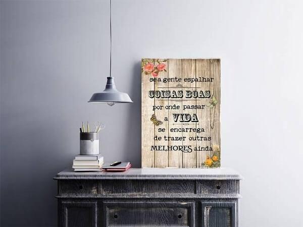 Placas decorativas em aparador