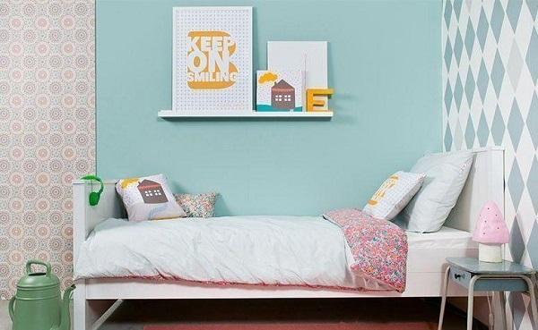 Placas decorativas em quarto de menina