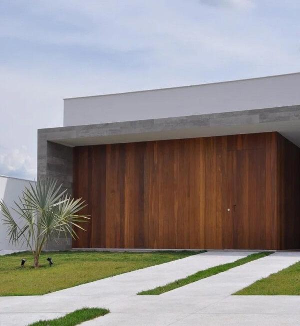 Porcelanato e madeira e conectam nesse revestimento de parede externa. Fonte: Bruno Brandini Arquitetura