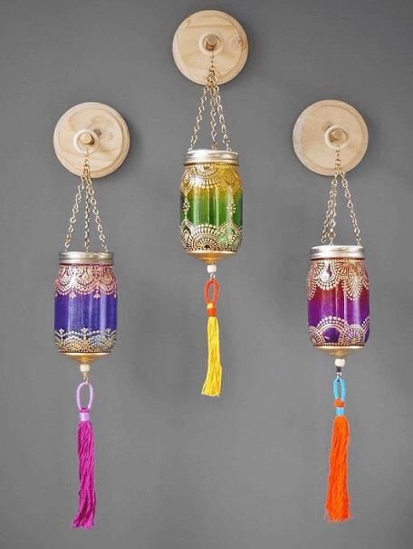 Potes de vidro coloridas com estampas usadas como lâmpadas Foto de Pinterest