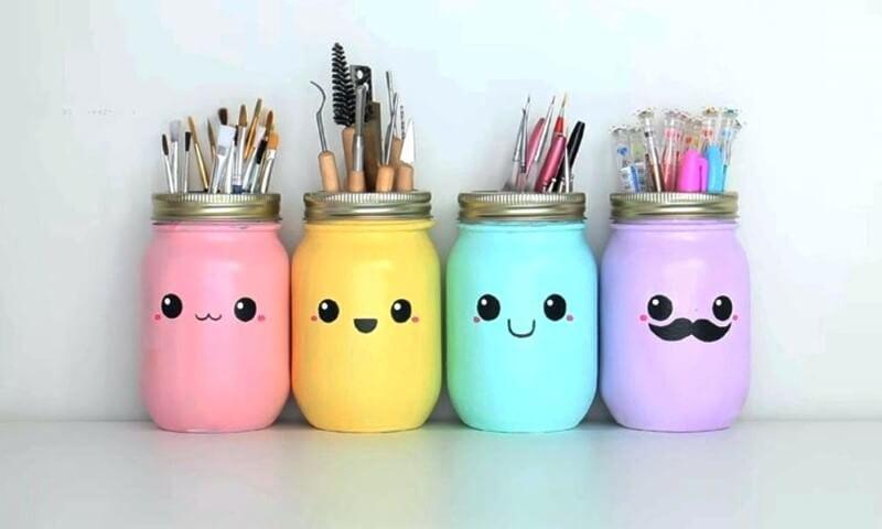 Potes de vidro coloridos com desenhinho de emoji Foto de Fernat