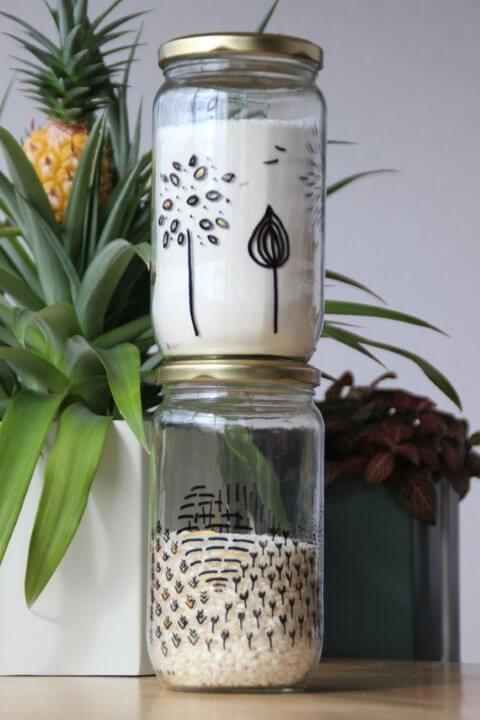 Potes de vidro com desenhos feitos com caneta no vidro Foto de Asset Project