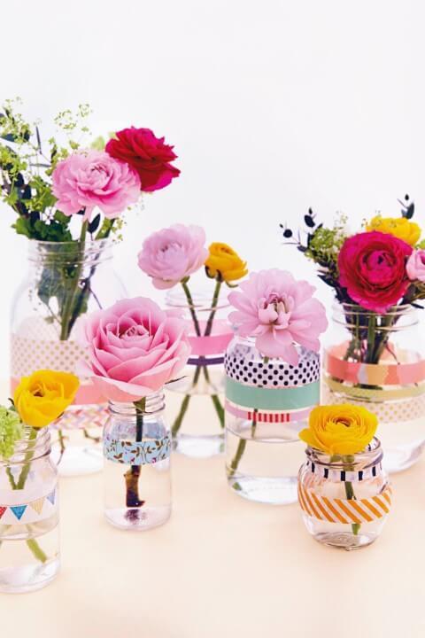 Potes de vidro com flores Foto de Brides Magazine