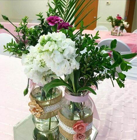 Potes de vidro com flores como decoração de festa Foto de Party Designer