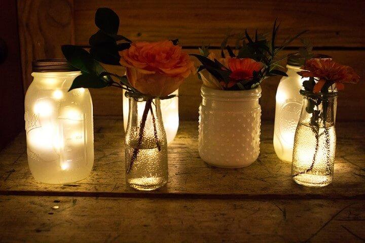 Potes de vidro com flores e luzinhas Foto de Retto
