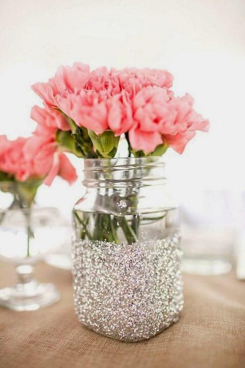Potes de vidro com glitter e flor dentro Foto de Pabla en Casa