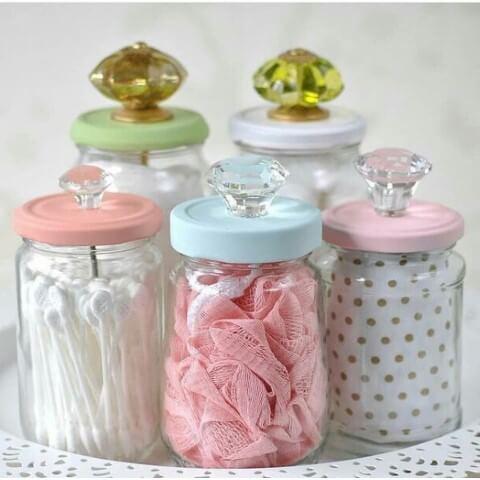 Potes de vidro com puxadores na tampa Foto de Dawn Watson