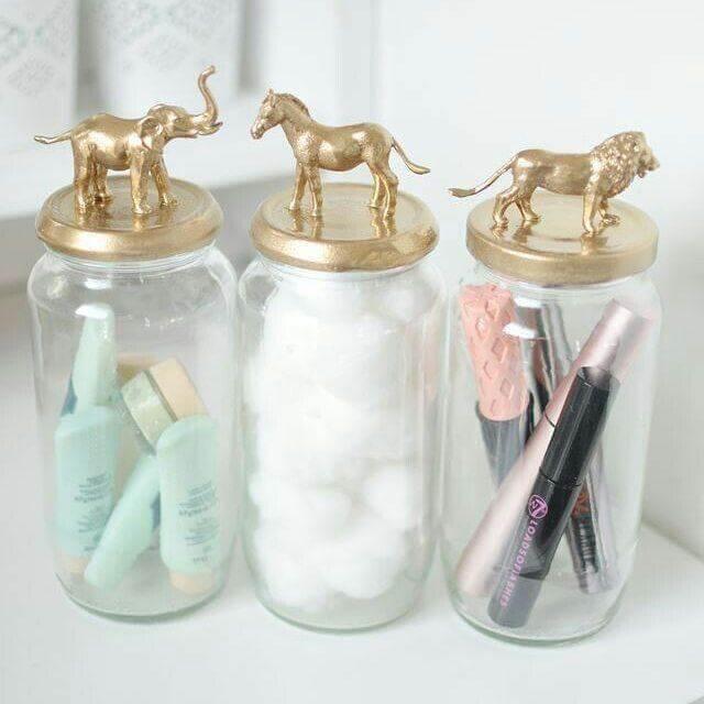 Potes de vidro com tampa dourada com bichinhos Foto de Vida de Casada