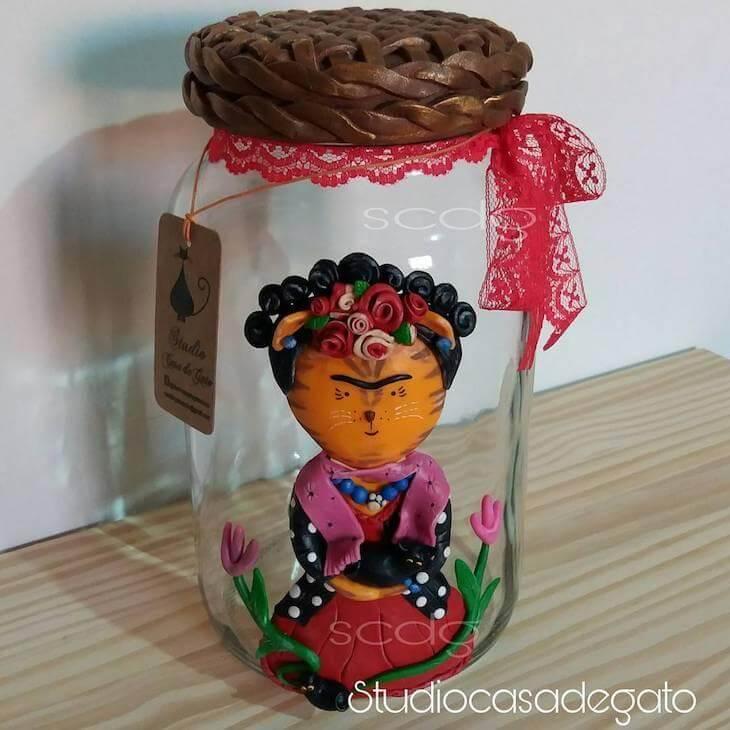 Potes de vidro decorado com biscuit formando gatinha como Frida Kahlo Foto de Studio Casa de Gato