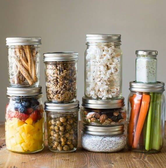 Potes de vidro para mantimentos e alimentos na cozinha Foto de Buzzlife