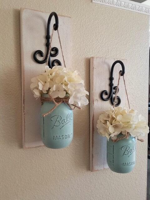 Potes de vidro pintados de azul com flores falsas Foto de Decoor