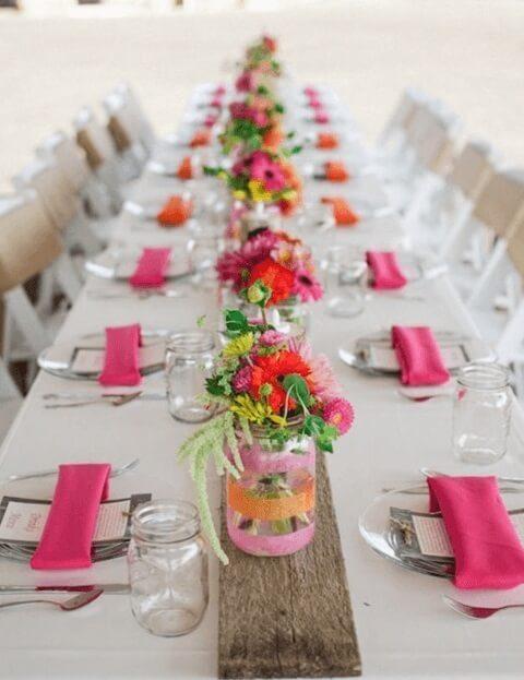 Potes de vidro usados na decoração de festa simples Foto de Buildehome