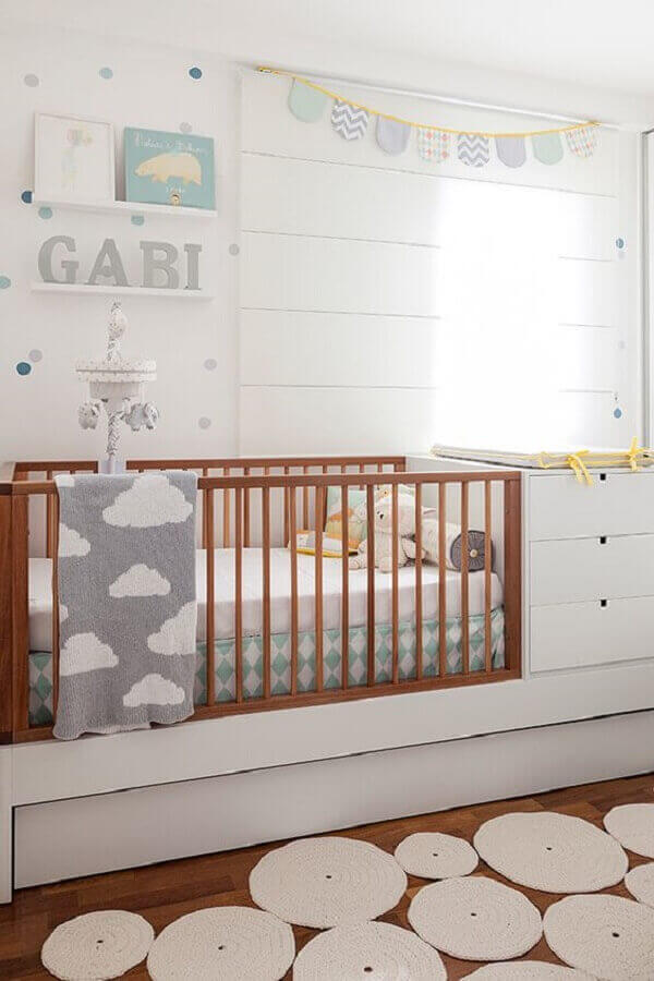 Quadro para quarto de bebê apoiado em prateleira
