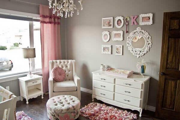 Quadro para quarto de bebê com molduras branca