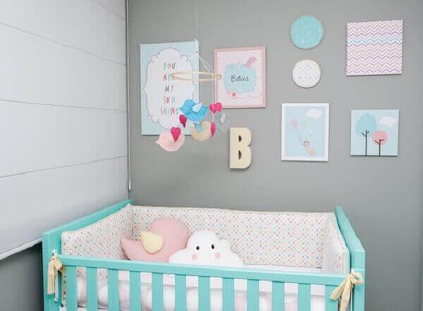 Quadro para quarto de bebê com temas infantis em parede cinza