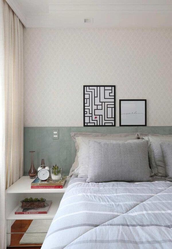 Quadros para quarto apoiado em cabeceira da cama