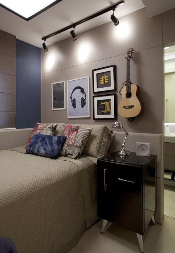 Quadros para quarto e violão enfeitam a parede