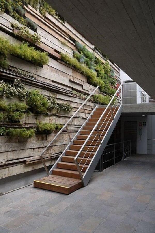 Revestimento de parede externa com pedras em filetes e plantas embutidas. Fonte: Pinterest