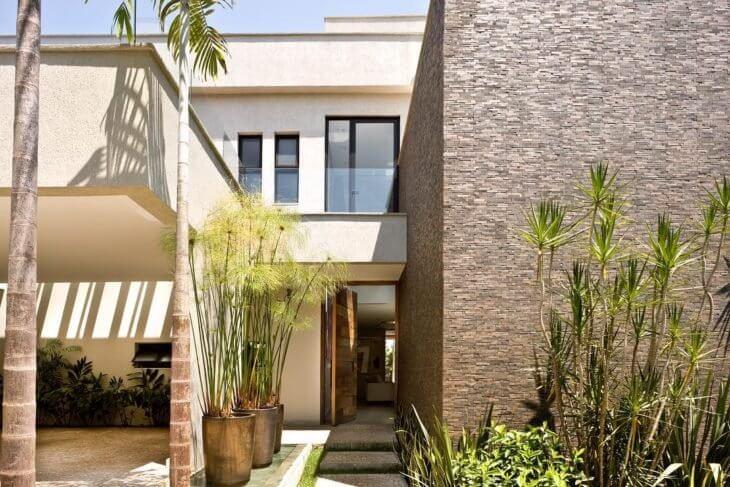 Revestimento de parede externa se conectam com a vegetação. Fonte: Bittar Arquitetura