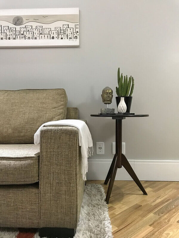 Rodapé e mesa de apoio do lado do sofá