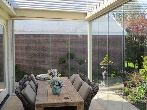 Sacada de vidro é integrada a sala de estar e ao jardim