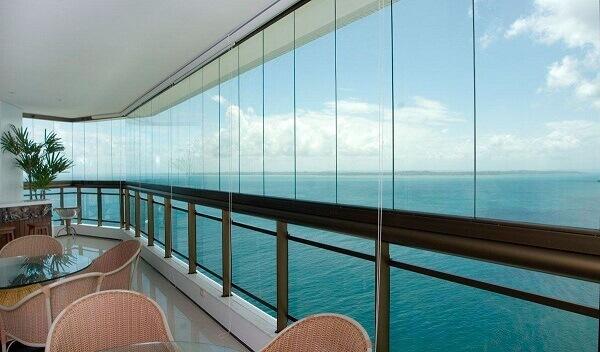 Sacada de vidro amplia o ambiente