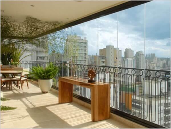 Sacada de vidro amplia o espaço do apartamento