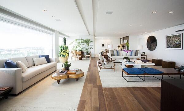 Sacada de vidro ampliou a sala de estar de apartamento grande