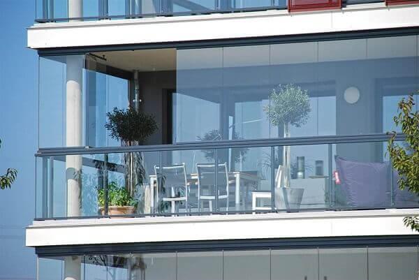 Sacada de vidro embeleza a fachada