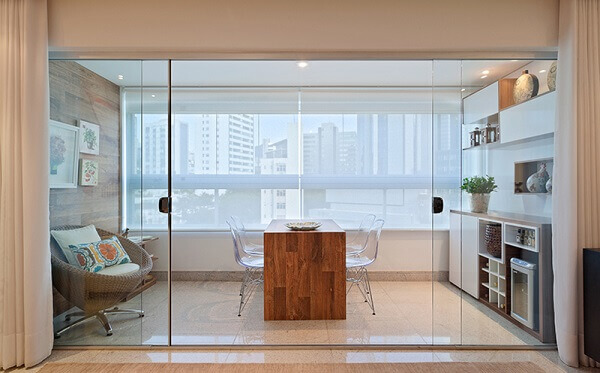 Sacada de vidro foi decorada para criar um nova ambiente no apartamento