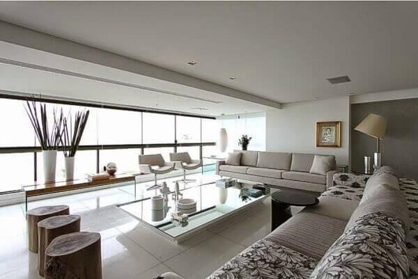 Sacada de vidro integra o ambiente da sala moderna