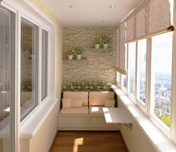 Sacada de vidro pequena aproveita o espaço