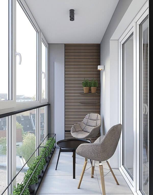 Sacada de vidro pequena integra o ambiente da sala