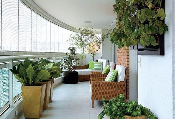Sacada de vidro pode ser decorada com plantas