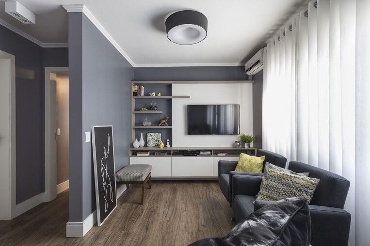Sala Cinza com painel de TV Branco e piso de madeira