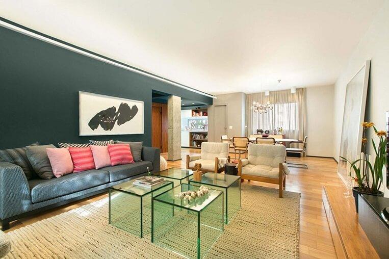 Sala de estar aconchegante com piso de madeira
